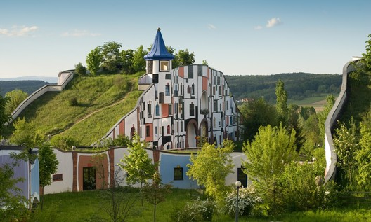 Hotel Therme Rogner Bad Blumau realizado por Hundertwasse. Foto: Intentionalart, CC BY-SA 3.0 <https://creativecommons.org/licenses/by-sa/3.0>, via Wikimedia Commons