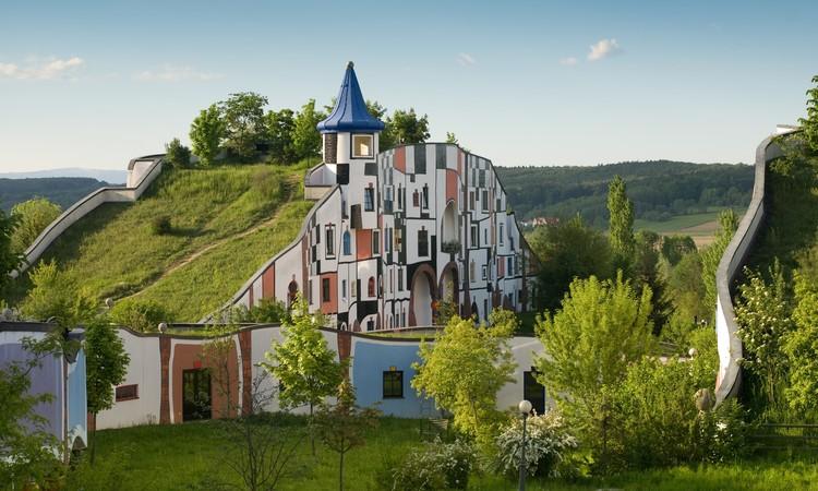 O corpo para além de si e da arquitetura: as cinco peles de Hundertwasser, Hotel Therme Rogner Bad Blumau realizado por Hundertwasse. Foto: Intentionalart, CC BY-SA 3.0 <https://creativecommons.org/licenses/by-sa/3.0>, via Wikimedia Commons