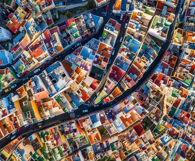 Arquitectura para colorear: 7 vibrantes ciudades vistas desde arriba, Las Palmas, Ilhas Canárias. Drone photo by @sebastien.nagy