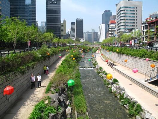 Arroio Cheonggyecheon, em Seul (Coreia do Sul), onde uma via expressa elevada foi demolida para a construção de um amplo espaço público de lazer. Foto de Ken Eckert, via Wikimedia Commons. Licença CC BY-SA 4.0