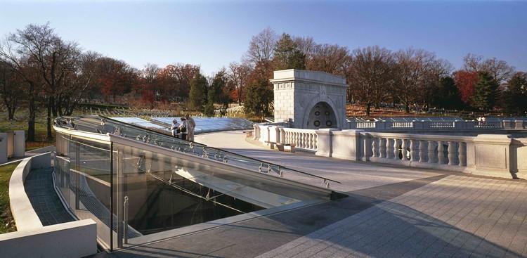 Women's Memorial / Weiss / Manfredi.  Image © Jeff Goldberg