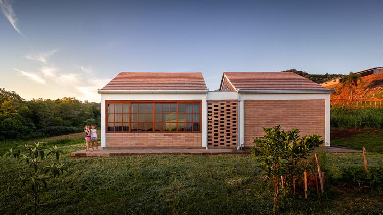 Morro da Manteiga House / LEIVA arquitetura, © Gabriel Konrath