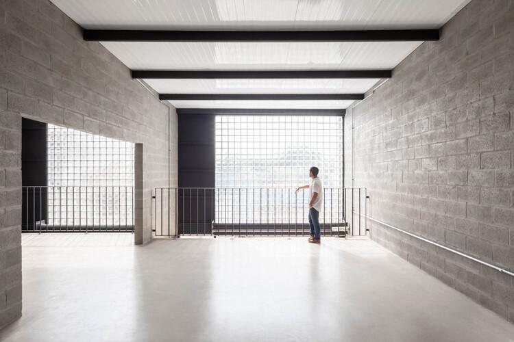 Reducir el costo de un edificio sin sacrificar la calidad: La experiencia de VAGA, Galpões CL / VAGA. Image © Pedro Napolitano Prata