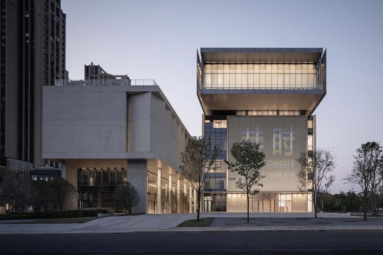 Museu de Arte Shenzhen Pingshan / Vector Architects, Visão Noturna da Fachada Sul. Imagem © Shengliang Su