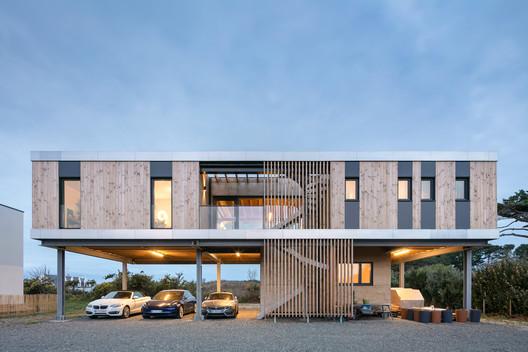 Casa sobre pilotes / B.HOUSSAIS Architecture