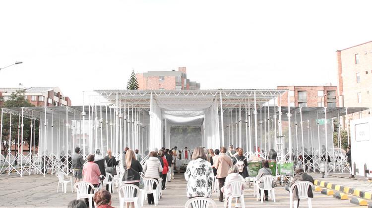 Colab-19 + SCA construyen una capilla temporal con puntales, cerchas y zinc en Bogotá, © Alberto Roa