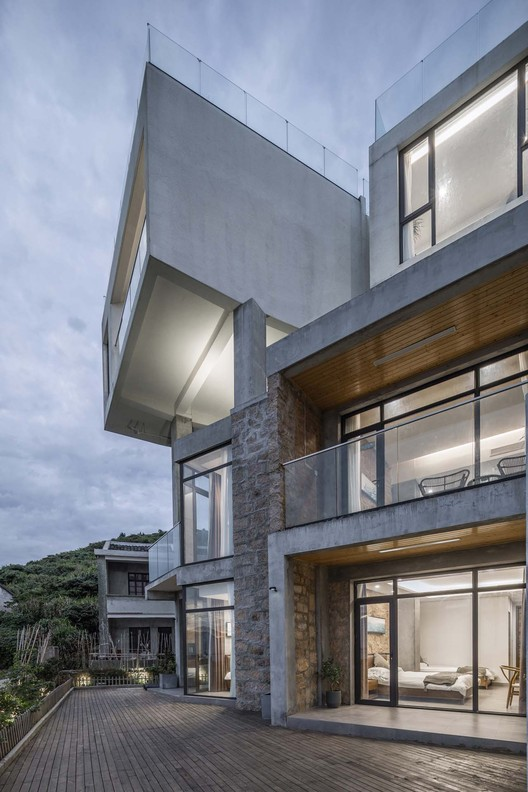 new built cantilever guest room. Image © Weiqi Jin