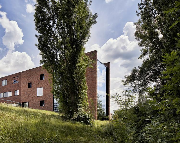 Casa circular de ladrillos con muro de tierra apisonada / AST 77 Architecten, © Steven Massart