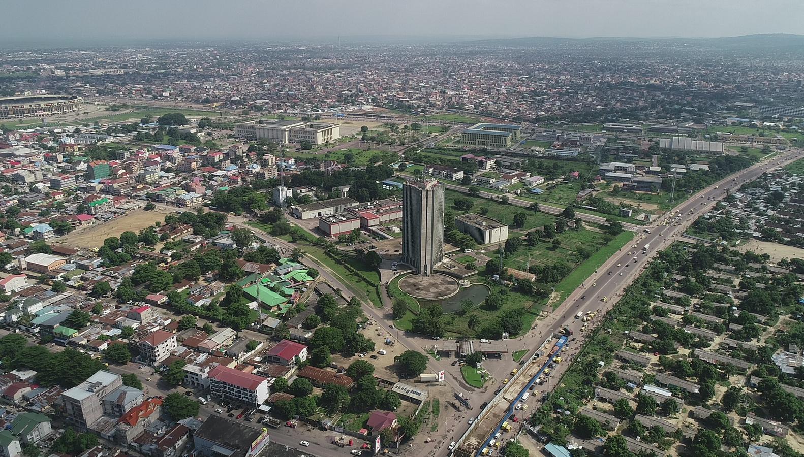 Вообще даже забавно, насколько симпатичными могут казаться на панорамных съемках огромные города. В Кингшасе (Конго) живет без малого 15 миллонов, но кажется, что здесь все очень даже ничего