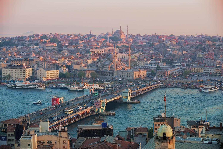Стамбул, на мой взгляд, не менее вечный город, чем Рим, влечет  месью запахов восточного рынка и возможностью соприкоснуться с тысячелетней историей