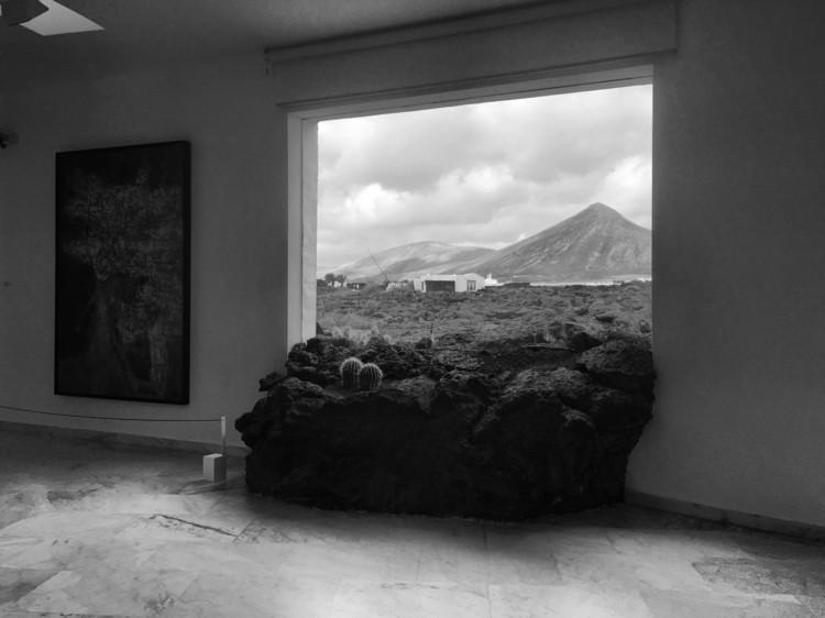 Artealización y ecología: paisajes productivos sostenibles, Figura 2. Malpaís en la ventana de la Casa del Volcán (1968), hoy Fundación César Manrique. Tahíche, Lanzarote (Foto: C. A.). Image Cortesía de Revista Dearq
