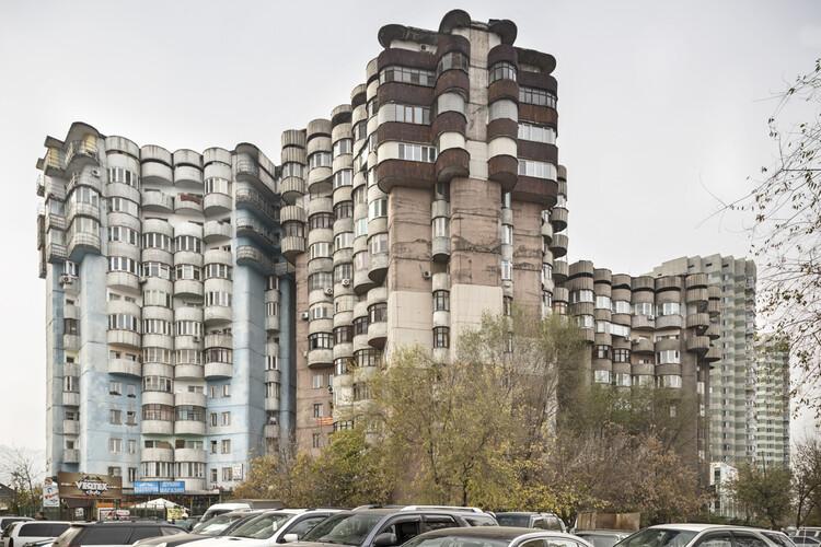 As influências orientais que moldaram a arquitetura soviética na Ásia Central, Aul housing complex (1986). Almaty, Kazakhstan. Image © Roberto Conte
