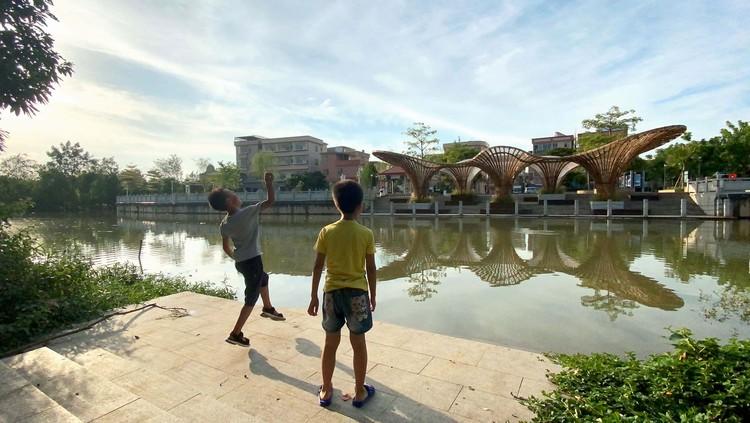 children enjoy playing here. Image © Ruibo Li
