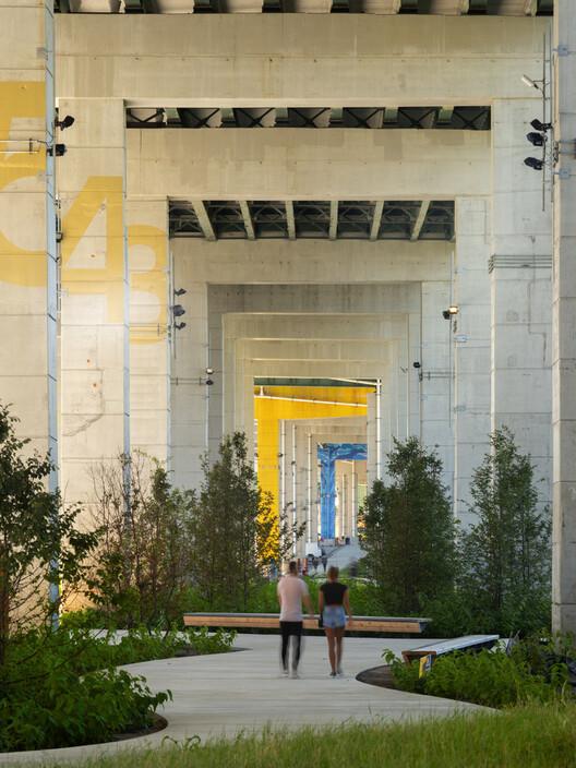 ¿Cómo hacer que las megaciudades del futuro sean además inteligentes?, The Bentway / Public Work. Image © Nic Lehoux