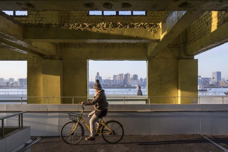 Shanghai Minsheng Wharf Waterfront Landscape and Reconnection / Atelier Liu Yuyang Architects. Image © FangFang Tian