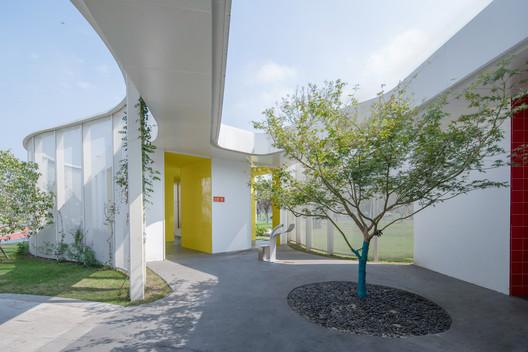 Rest station courtyard. Image Courtesy of CCTN Design