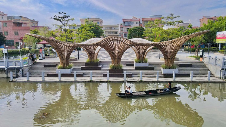 Huanglong Waterfront Bamboo Pavilion / Atelier cnS + School of Architecture, South China University of Technology, this project combines with the original steps provides maximum waterfront grey space. Image © Ruibo Li