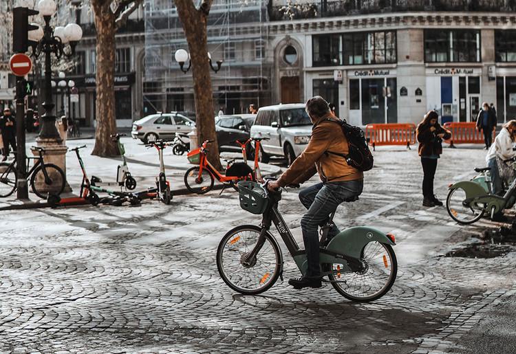 Francia ofrece dinero a quienes cambien automóviles por bicicletas eléctricas, Foto: Vlad B, via Unsplash