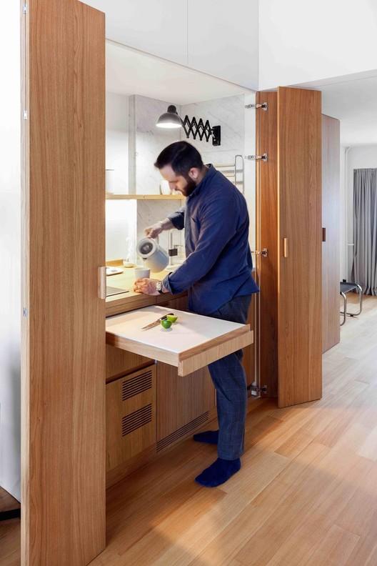 Como projetar uma cozinha escondida, 33 m² flat / Studio Bazi. Image © Polina Poludkina