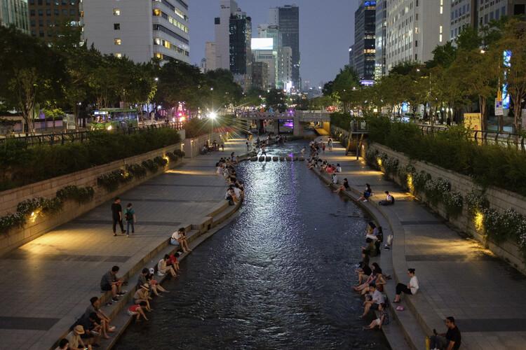O que acontece quando o espaço viário é redistribuído, Arroio Cheonggyecheon, em Seul (Coreia do Sul). Imagem: ep_jhu/Flickr