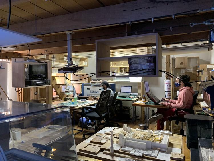 Laboratorio de Maquetas Arquitectónicas: Modelos de pensamiento material en Colombia, Jhoan y practicante estudiantil. Image Cortesía de LdMA