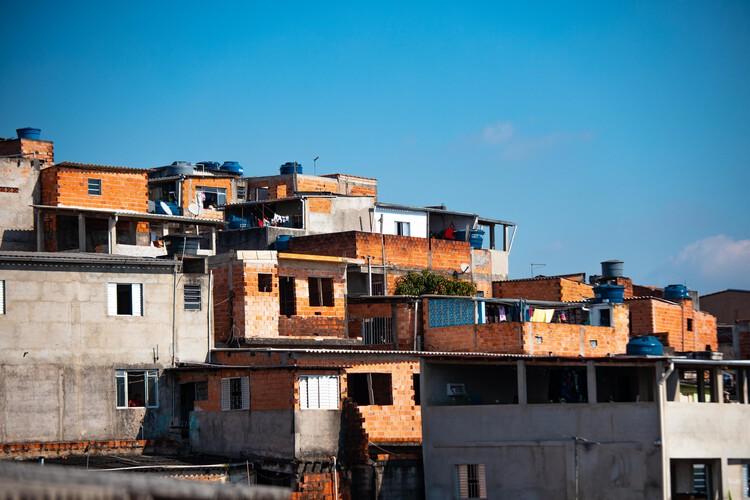 Os abandonados: espaço público e a luta de classes no Brasil, Foto de Danilo Alvesd, via Unsplash