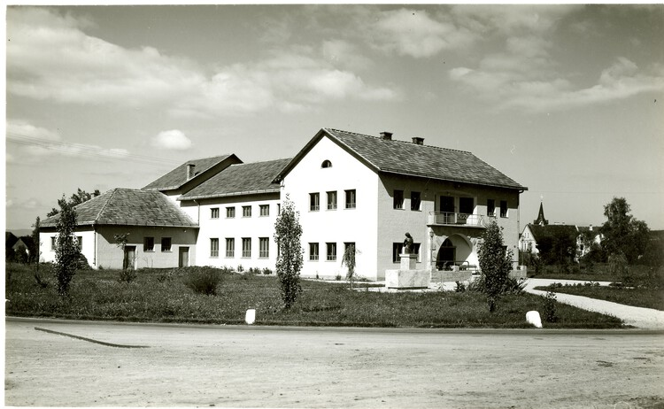 Zadružni center v Kostanjevici na Krki, 1953. Prispevek Umetnostnega muzeja Božidarja Jakca, Kostanjevica na Krki.  Foto © Lado Smerkar