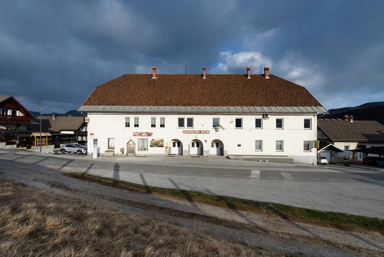 Zadružni center v Ribnem.  Slika © Jana Joseph
