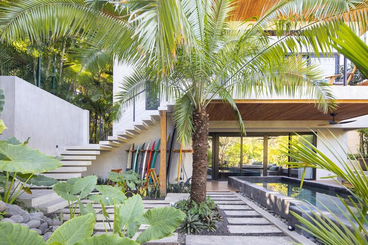 casamaru archdaily 03 - MARU House: Kiến trúc ấn tượng với những đường nét đơn giản và sự pha trộn vật liệu