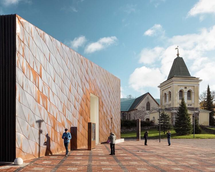 El cobre se puede reciclar infinitamente: 8 proyectos con revestimientos reutilizables, Kirkkonummi Library / JKMM Architects. Image © Tuomas Uusheimo
