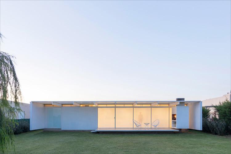 Presupuestos reducidos y dimensiones mínimas: Estrategias de diseño en viviendas ProCreAr de Argentina, Casa en El Maitén / bernardo rosello - arquitectura. Image © Ramiro Sosa