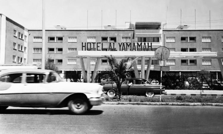 El pabellón de Arabia Saudita en la Bienal de Venecia 2021 explora encuentros espaciales y sociales en las residencias saudíes, Hotel Al Yamamah, Riad. Imagen cortesía del Archivo Nacional de Fotografías Históricas, Biblioteca Nacional King Fahad