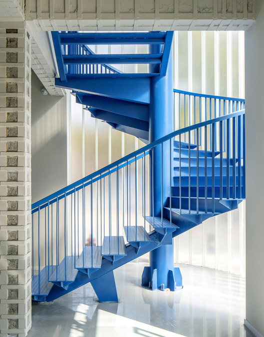 Light U glass, industrial-style steel staircase, handcrafted-style beams. Image © WDi
