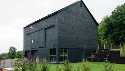 Fox Hall Barn House / BarlisWedlick