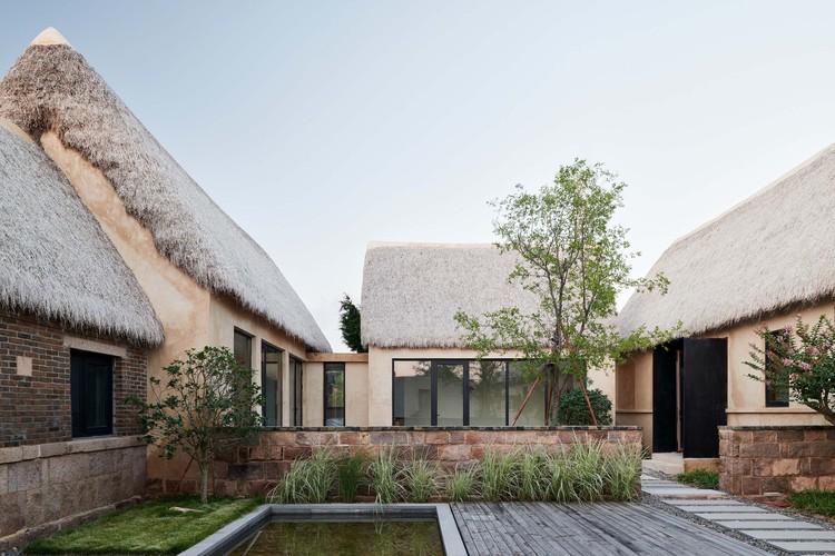 Resort Seaweed Bay / Greyspace Architecture Design Studio, Pátio Público. Imagem © Hao Chen