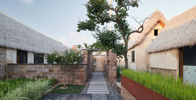 stone wall and path. Image © Hao Chen