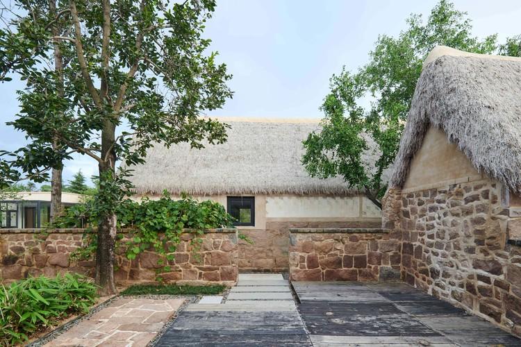 stone wall yard. Image © Hao Chen