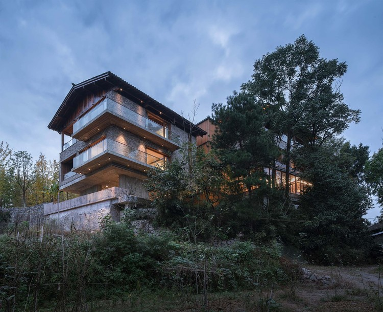 Woodsy Whispers Residence / Shulin Architectural Design, Northeast side upward view. Image © Yilong Zhao
