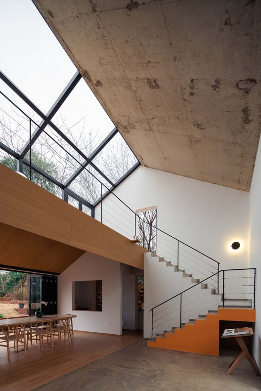 The original simple roof of the house was removed, and the newly plastic concrete roof exposed the rough texture. Image © Yumeng Zhu