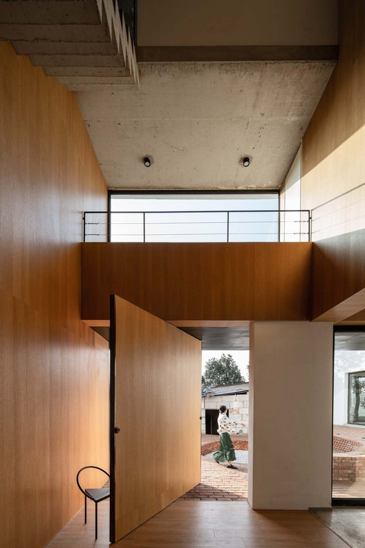 The cool industrial texture and warm wood texture achieved visual coordination. Image © Yumeng Zhu