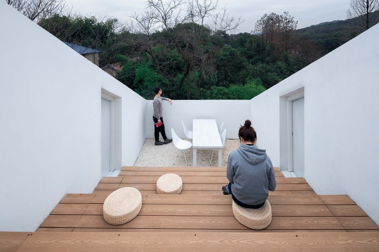 Or overlook the spruce forest or the lake from the roof courtyard. Image © Yumeng Zhu