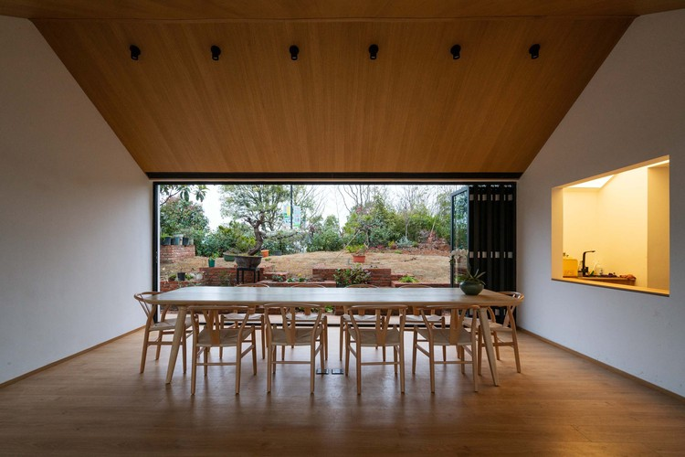 For the library in the north building, people can watch the bonsai garden on the dining table. Image © Yumeng Zhu