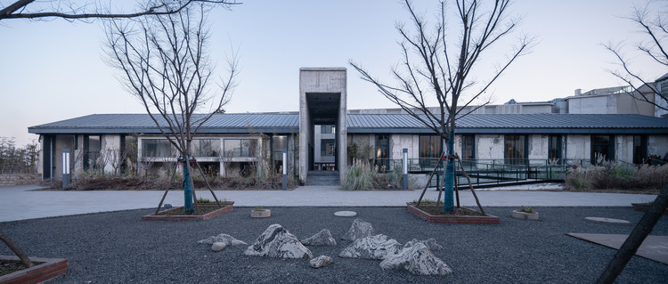 Shared restaurant with transport space linking the north and south plots. Image © Qingshan Wu