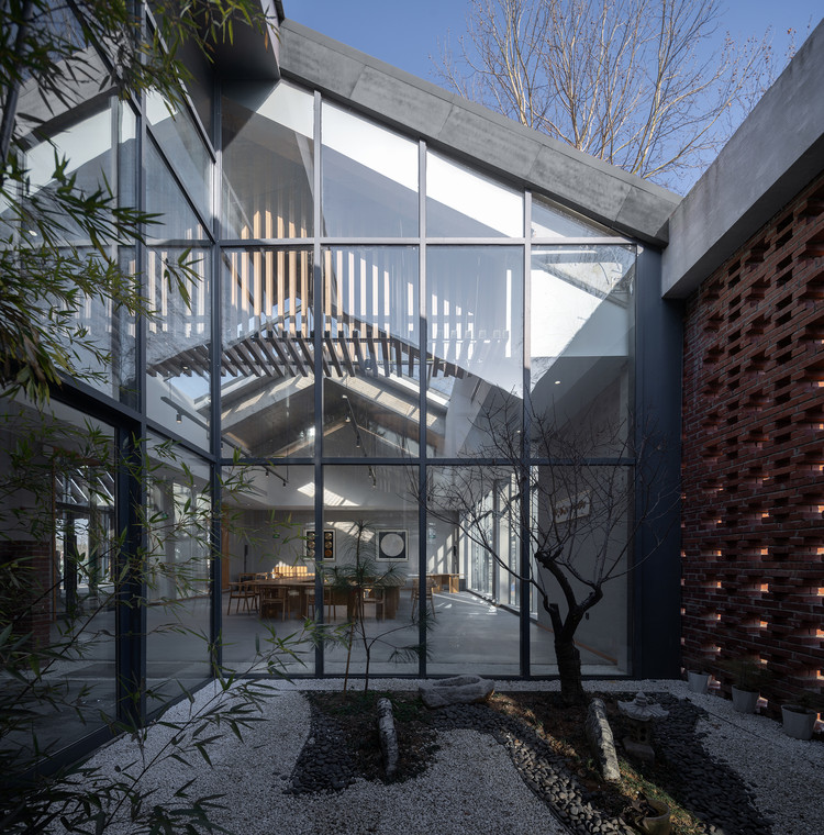 The interior courtyard of the exhibition hall. Image © Qingshan Wu