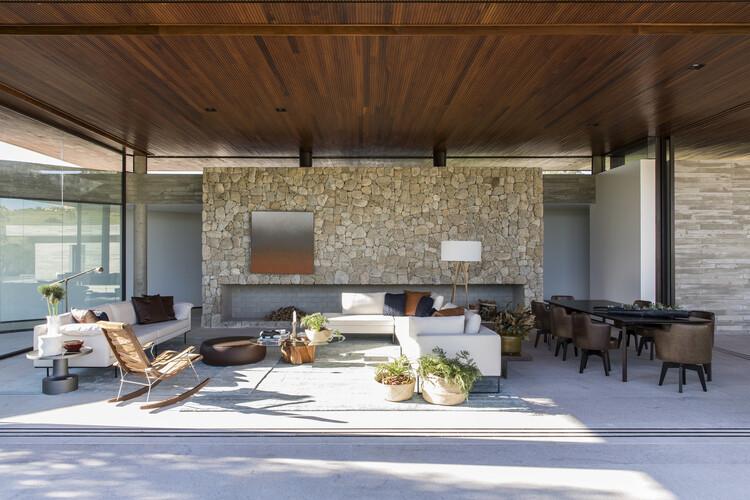 Pedra natural: o uso de rochas em interiores residenciais, Casa das Pedras / Hueb Ferreira Arquitetos. Image © Maíra Acayaba