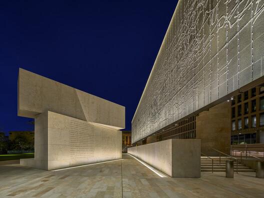 Dwight D. Eisenhower Memorial, Washington, DC / USA. Architecture: Gehry Partners, LLP. Lighting: L'Observatoire International. Image: Halkin Manson Photography. Image © L'Observatoire International