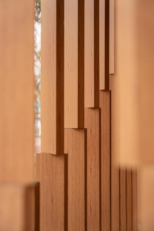 Gradual vertical wooden grid. Image © Artin Ng