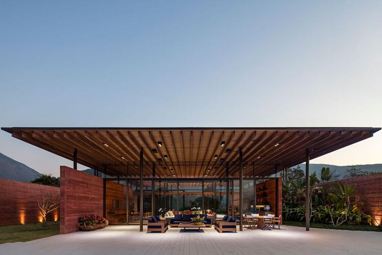 Coberturas descoladas do volume: condicionamento climático em 13 projetos brasileiros, Casa Terra / Bernardes Arquitetura. Foto: © Leonardo Finotti