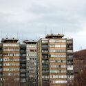 Стамбене зграде током рата.  Слика © Христина Стојановић