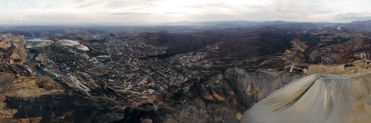 Панорамски поглед на рат са површинског копа.  Слика © Дејан Мотић